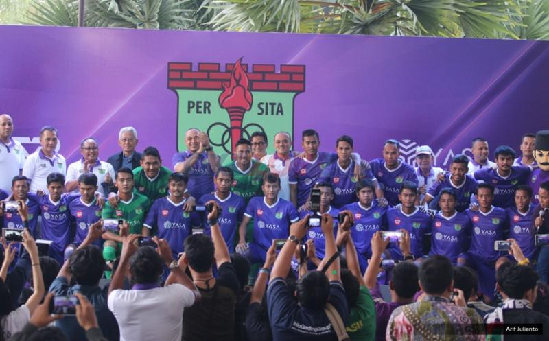 Tim Persita Tangerang foto bersama pada peluncuran kostum baru Persita Tangerang di Tangerang, Banten, Senin (17/4/2017). Persita Tangerang siap berlaga di Liga 2 Indonesia untuk musim kompetisi 2017-2018.