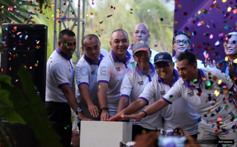 Penekanan tombol pada peluncuran kostum baru Persita Tangerang di Tangerang, Banten, Senin (17/4/2017). Persita Tangerang siap berlaga di Liga 2 Indonesia untuk musim kompetisi 2017-2018.