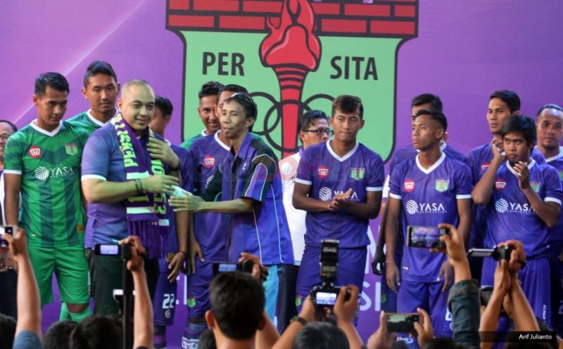 Bupati Tangerang Zaki Iskandar (dua kiri depan) menerima syal pada peluncuran kostum baru Persita Tangerang di Tangerang, Banten, Senin (17/4/2017). Persita Tangerang siap berlaga di Liga 2 Indonesia untuk musim kompetisi 2017-2018.