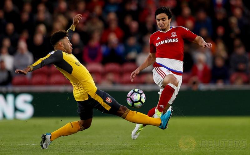 Aksi pemain Middlesbrough Fabio (kanan) melewati pemain Arsenal Alex Oxlade-Chamberlain pada lanjutan Liga Inggris 2016-2017 di Riverside Stadium, Inggris, Selasa (18/4/2017) dini hari WIB. (Reuters/Lee Smith)