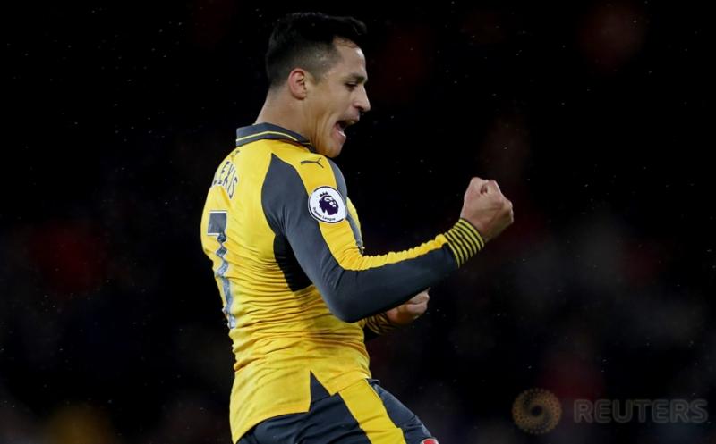 Selebrasi pemain Arsenal Alexis Sanchez usai mencetak gol ke gawang Middlesbrough pada lanjutan Liga Inggris 2016-2017 di Riverside Stadium, Inggris, Selasa (18/4/2017) dini hari WIB. (Reuters/Scott Heppell)