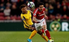 Aksi pemain Arsenal Alex Oxlade-Chamnberlain (kiri) berusaha merebut bola dari pemain Middlesbrough Fabio pada lanjutan Liga Inggris 2016-2017 di Riverside Stadium, Inggris, Selasa (18/4/2017) dini hari WIB. (Reuters/Lee Smith)
