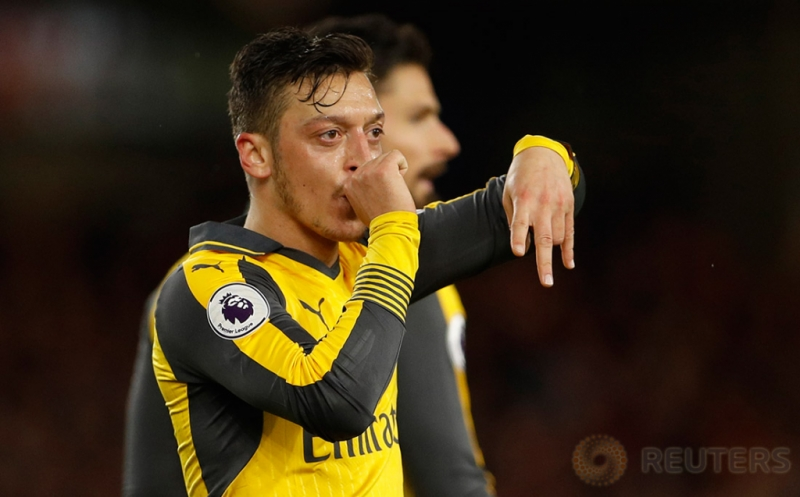 Selebrasi pemain Arsenal Mesut Ozil setelah mencetak gol ke gawang Middlesbrough pada lanjutan Liga Inggris 2016-2017 di Riverside Stadium, Inggris, Selasa (18/4/2017) dini hari WIB. (Reuters/Lee Smith)