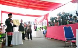 Petugas KPPS melakukan persiapan sebelum memulai pemungutan suara pada Pilkada DKI Jakarta putaran kedua di TPS 28 Cilandak, Jakarta, Rabu (19/4/2017). Di TPS ini, cagub DKI Jakarta Anies Baswedan menggunakan hak pilihnya pada Pilkada DKI Jakarta putaran kedua.