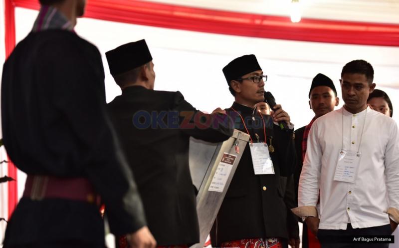 Petugas KPPS melakukan persiapan sebelum membuka segel kotak suara pada Pilkada DKI Jakarta putaran kedua di TPS 28 Cilandak, Jakarta, Rabu (19/4/2017). Di TPS ini, cagub DKI Jakarta Anies Baswedan menggunakan hak pilihnya pada Pilkada DKI Jakarta putaran kedua.