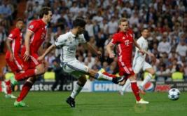 Marco Asensio (tengah) mencetak gol ke gawang Bayern Munich pada leg kedua perempatfinal di Santiago Bernabeu, Rabu (19/4/2017) dini hari WIB. (Reuters/Susana Vera)