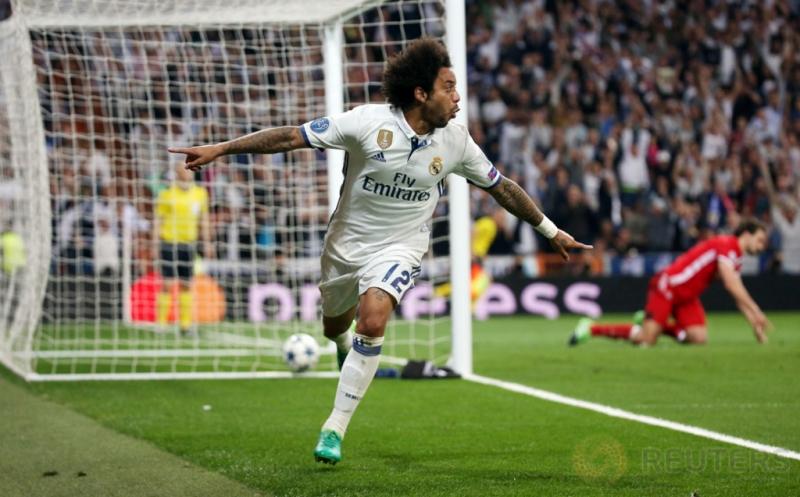 Marcelo selebrasi usai mencetak gol ke gawang Bayern Munich pada leg kedua perempatfinal di Santiago Bernabeu, Rabu (19/4/2017) dini hari WIB. (Reuters/Sergio Perez)