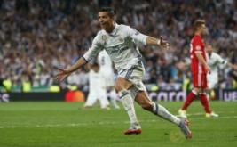 Cristiano Ronaldo selebrasi usai mencetak gol ke gawang Bayern Munich pada leg kedua perempatfinal di Santiago Bernabeu, Rabu (19/4/2017) dini hari WIB. (Reuters/Michael Dalder)