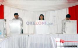Calon Gubernur DKI Jakarta nomor urut dua Basuki Tjahaja Purnama (kiri) bersama istrinya Veronica Tan (tengah) dan putranya Nicholas Sean, berada di bilik suara saat menyalurkan hak suaranya di TPS 54, kawasan Pantai Mutiara, Pluit, Penjaringan, Jakarta Utara, Rabu (19/4/2017). Pilkada DKI Jakarta putaran kedua diikuti dua pasang calon yaitu Ahok-Djarot dan Anies-Sandi.