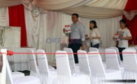 Calon Gubernur DKI Jakarta nomor urut dua Basuki Tjahaja Purnama (kiri) bersama istrinya Veronica Tan (tengah) dan putranya Nicholas Sean, membawa surat suara saat menyalurkan hak suaranya di TPS 54, kawasan Pantai Mutiara, Pluit, Penjaringan, Jakarta Utara, Rabu (19/4/2017). Pilkada DKI Jakarta putaran kedua diikuti dua pasang calon yaitu Ahok-Djarot dan Anies-Sandi.