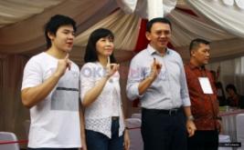 Calon Gubernur DKI Jakarta nomor urut dua Basuki Tjahaja Purnama (dua kanan) bersama istrinya Veronica Tan (dua kiri) dan putranya Nicholas Sean (kiri), menunjukkan jarinya yang sudah terkena tinta usai menyalurkan hak suaranya di TPS 54, kawasan Pantai Mutiara, Pluit, Penjaringan, Jakarta Utara, Rabu (19/4/2017). Pilkada DKI Jakarta putaran kedua diikuti dua pasang calon yaitu Ahok-Djarot dan Anies-Sandi.