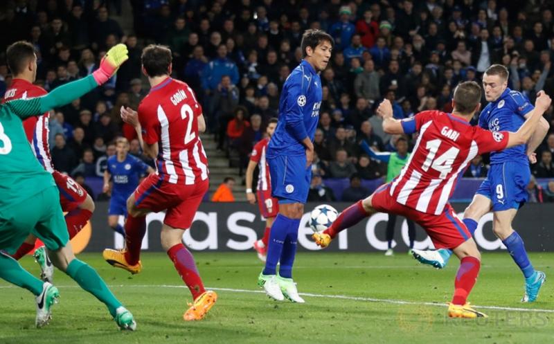 Jamie Vardy (kanan) mencetak gol ke gawang Atletico Madrid pada leg kedua perempatfinal Liga Champions 2016-2017, Rabu (19/4/2017) dini hari WIB. (Reuters/Carl Recine)