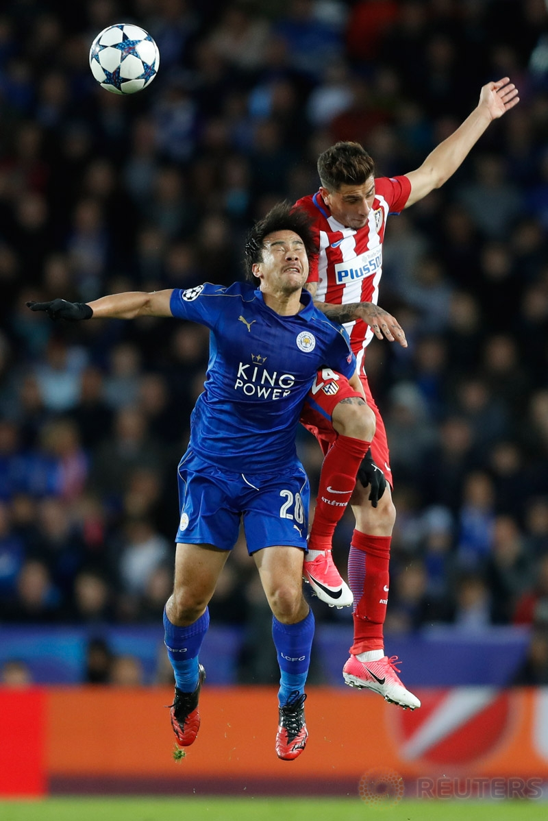 Jose Gimenez (kanan) berebut bola dengan Shinji Okazaki pada leg kedua perempatfinal Liga Champions 2016-2017, Rabu (19/4/2017) dini hari WIB. (Reuters/Carl Recine)
