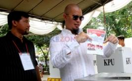 Berkacamata Hitam, Ahmad Dhani Nyoblos di TPS 25 Pondok Pinang