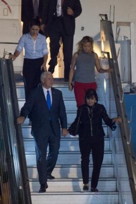 Wakil Presiden Amerika Serikat (AS) Michael R. Pence (kiri bawah) berjalan menuruni tangga pesawat saat tiba di Bandara Internasional Halim Perdanakusuma, Jakarta, Rabu (19/4/2017) malam. Agenda utama kunjungan perdana Michael R. Pence ke Indonesia yaitu berkaitan dengan kepentingan Indonesia dan Amerika Serikat di bidang ekonomi dan politik.