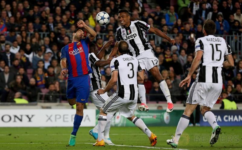 Aksi pemain Barcelona Luis Suarez (kiri) berebut bola dengan pemain Juventus Alex Sandro (dua kanan atas) dan sejumlah pemain Juventus lainnya pada leg kedua perempatfinal Liga Champions di Stadion Camp Nou pada Kamis (20/4/2017) dini hari WIB. Atas hasil seri 0-0 ini, Juventus yang memiliki modal tiga gol berhak lolos ke babak semifinal Liga Champions. (Reuters / Sergio Perez)