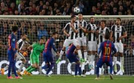 Pemain Barcelona Lionel Messi (dua kanan bawah) mencoba mencetak gol ke gawang Juventus dari tendangan bebas pada leg kedua perempatfinal Liga Champions di Stadion Camp Nou pada Kamis (20/4/2017) dini hari WIB. (Reuters / Albert Gea)