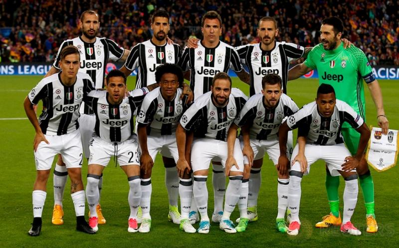 Para pemain Juventus berfoto bersama sebelum melakoni pertandingan melawan Barcelona pada leg kedua perempatfinal Liga Champions di Stadion Camp Nou pada Kamis (20/4/2017) dini hari WIB. (Reuters / Sergio Perez)