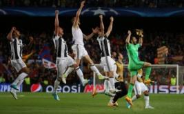 Sejumlah pemain Juventus melakukan selebrasi usai pertandingan melawan Barcelona pada leg kedua perempatfinal Liga Champions di Stadion Camp Nou pada Kamis (20/4/2017) dini hari WIB. Atas hasil seri 0-0 ini, Juventus yang memiliki modal tiga gol berhak lolos ke babak semifinal Liga Champions. (Reuters / Sergio Perez)