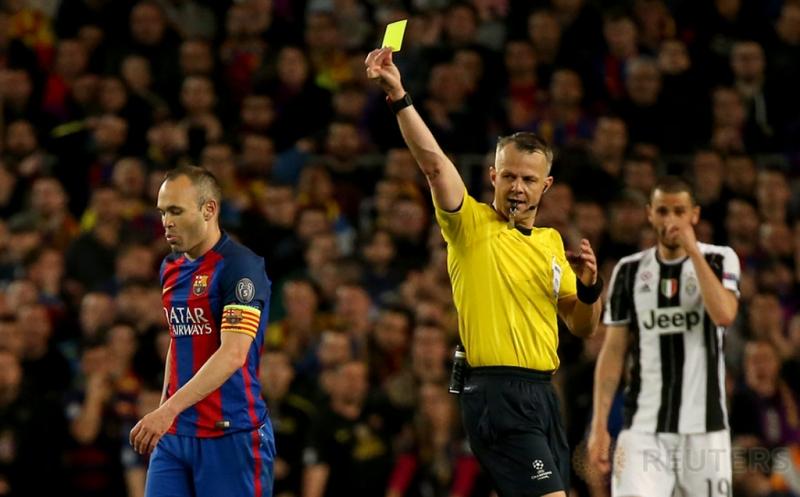 Pemain Barcelona Andres Iniesta (kiri) mendapat kartu kuning dari wait Bjorn Kuipers pada leg kedua perempatfinal Liga Champions di Stadion Camp Nou pada Kamis (20/4/2017) dini hari WIB. (Reuters / Sergio Perez)