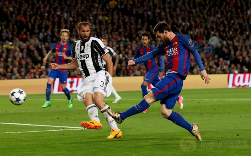 Pemain Barcelona Lionel Messi mencoba mencetak gol ke gawang Juventus pada leg kedua perempatfinal Liga Champions di Stadion Camp Nou pada Kamis (20/4/2017) dini hari WIB. (Reuters / Albert Gea)