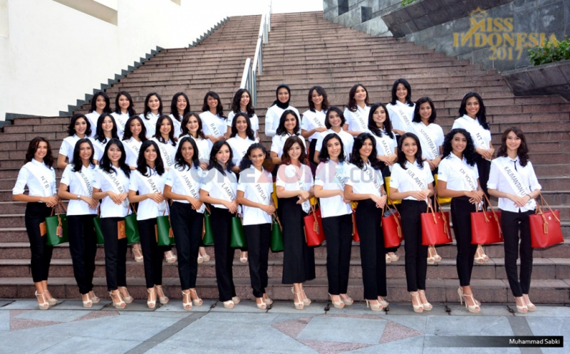 Finalis Miss Indonesia 2017 pada sesi foto bersama di Komplek MNC Tower, Jakarta Pusat, Kamis (20/4/2017). Kunjungan 34 Miss Indonesia ini dalam rangka pengenalan tentang dunia media.