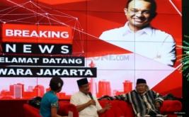 "Calon gubernur DKI nomor urut tiga, Anies Baswedan (tengah) dan Budayawan Betawi Ridwan Saidi (kanan) saat menghadiri diskusi bertajuk ""Selamat Datang Jawara Jakarta"" di Gedung MNC News Center, Jakarta Pusat, Rabu (19/4/2017). Pasangan Anies-Sandiaga diketahui menang atas pasangan Ahok-Djarot dalam hitung cepat yang dilakukan sejumlah lembaga survei."