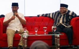 "Calon gubernur DKI nomor urut tiga, Anies Baswedan (kiri) dan Budayawan Betawi Ridwan Saidi saat menghadiri diskusi bertajuk ""Selamat Datang Jawara Jakarta"" di Gedung MNC News Center, Jakarta Pusat, Rabu (19/4/2017). Pasangan Anies-Sandiaga diketahui menang atas pasangan Ahok-Djarot dalam hitung cepat yang dilakukan sejumlah lembaga survei."
