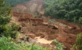 Petugas menggunakan alat berat untuk melakukan pencarian korban pada hari terakhir di area longsor Desa Kepel, Nganjuk, Jawa Timur, Rabu (19/4/2017). Selama sepuluh hari pencarian lima korban longsor di lereng gunung Wilis tidak membuahkan hasil.