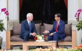 Presiden Joko Widodo (kanan) berbincang dengan Wakil Presiden Amerika Serikat Mike Pence di Istana Kepresidenan, Jakarta, Kamis (20/4/2017). Kedatangan Mike Pence dalam rangka membicarakan kerjasama kedua negara di bidang ekonomi dan politik. (REUTERS/Darren Whiteside)