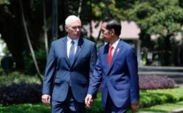 Presiden Joko Widodo (kanan) berjala bersama Wakil Presiden Amerika Serikat Mike Pence di Komplek Istana Kepresidenan, Jakarta, Kamis (20/4/2017). Kedatangan Mike Pence dalam rangka membicarakan kerjasama kedua negara di bidang ekonomi dan politik. (REUTERS/Darren Whiteside)