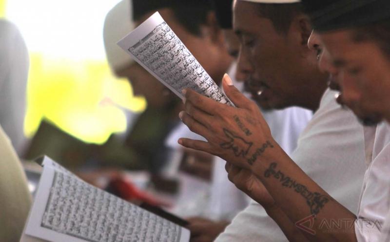 Warga binaan membaca Alquran pada acara gerakan Khatam Alquran dalam rangka memperingati Hari Bakti Pemasyarakatan ke-53 di Lapas Kelas II B Kota Tasikmalaya, Jawa Barat, Kamis (20/4/2017). Gerakan Khatam Alquran Nusantara mengaji yang diadakan serentak di seluruh Lapas yang ada di Indonesia untuk mengajak para napi menghayati kitab suci Alquran, sehingga menjadi bekal bagi mereka saat keluar penjara serta kembali ke tengah-tengah masyarakat.