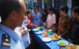 Narapidana wanita Rutan Kelas I Surakarta mengikuti lomba memasak nasi goreng di lapas wanita rutan setempat, Solo, Jawa Tengah, Kamis (20/4/2017). Lomba memasak tersebut digelar untuk memperingati Hari Kartini.