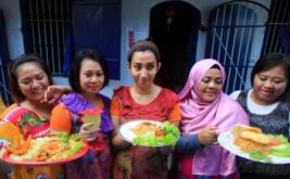 Narapidana wanita Rutan Kelas I Surakarta menunjukkan nasi goreng olahannya pada lomba memasak nasi goreng di lapas wanita rutan setempat, Solo, Jawa Tengah, Kamis (20/4/2017). Lomba memasak tersebut digelar untuk memperingati Hari Kartini.