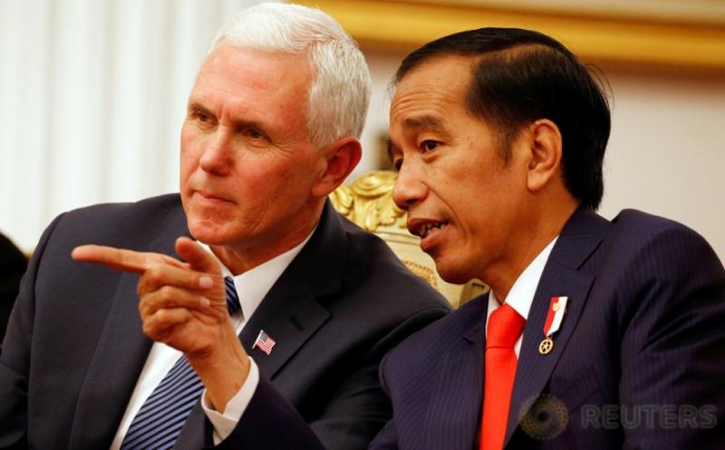 Presiden Joko Widodo (kanan) berbincang dengan Wakil Presiden Amerika Serikat Michael Richard Pence di Kantor Kepresidenan, Jakarta, Kamis (20/4/2017). Pertemuan keduanya menyepakati dua sektor kerjasama, yakni ekonomi dan perdamaian. (REUTERS/Beawiharta)