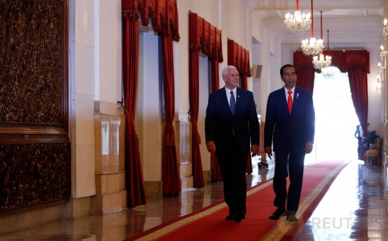 Presiden Joko Widodo (kanan) berjalan dengan Wakil Presiden Amerika Serikat Michael Richard Pence di Kantor Kepresidenan, Jakarta, Kamis (20/4/2017). Pertemuan keduanya menyepakati dua sektor kerjasama, yakni ekonomi dan perdamaian. (REUTERS/Beawiharta)
