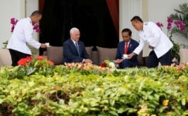 Presiden Joko Widodo (dua kanan) bersama Wakil Presiden Amerika Serikat Michael Richard Pence (dua kiri) di Kantor Kepresidenan, Jakarta, Kamis (20/4/2017). Pertemuan keduanya menyepakati dua sektor kerjasama, yakni ekonomi dan perdamaian. (REUTERS/Beawiharta)