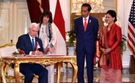 Presiden Joko Widodo (dua kanan) bersama Ibu Negara Iriana (kanan) dan istri Wakil Presiden Amerika Serikat Michael Pence, Karen, menyaksikan Wakil Presiden Amerika Serikat Michael Pence yang sedang melakukan penandatanganan di Kantor Kepresidenan, Jakarta, Kamis (20/4/2017). (REUTERS/Bay Ismoyo/Pool)