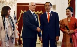 Presiden Joko Widodo (dua kanan) bersalaman dengan Wakil Presiden Amerika Serikat Michael Richard Pence (dua kiri) di Kantor Kepresidenan, Jakarta, Kamis (20/4/2017). (REUTERS/Bay Ismoyo/Pool)