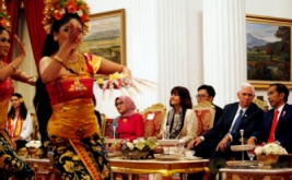 Presiden Joko Widodo (kanan) bersalaman dengan Wakil Presiden Amerika Serikat Michael Richard Pence (dua kanan) di Kantor Kepresidenan, Jakarta, Kamis (20/4/2017). (REUTERS/Bay Ismoyo/Pool)