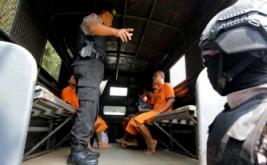 Polisi mengawal sejumlah tahanan saat pemindahan tahanan di Mapolres Blitar, Jawa Timur, Kamis (20/4/2017). Pemindahan sejumlah tahanan ke Lembaga Pemasyarakatan (Lapas) setempat tersebut guna mengantisipasi kaburnya tahanan selama pelaksanaan renovasi ruang tahanan di Mapolres Blitar.