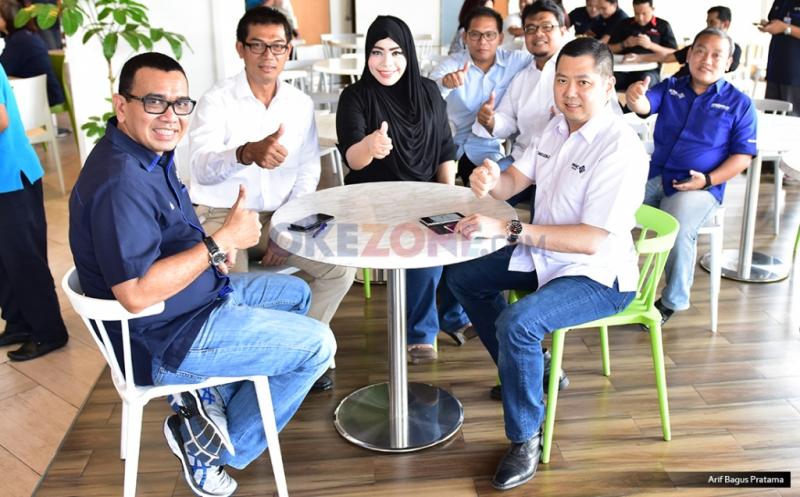 Chairman & CEO MNC Group Hary Tanoesoedibjo (dua kanan), Direktur Pemberitaan MNC Group Arya Sinulingga (kiri), CEO KORAN SINDO & SINDOnews Sururi Alfaruq (dua kiri), Direktur News & Content Okezone Sylviana Pravita (tiga kiri), Pemimpin Redaksi Okezone M Budi Santosa pada acara makan bersama redaksi MNC Media di Gedung Financial Center, Kebon sirih, Jakarta Pusat, Kamis (20/4/2017).