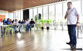 Chairman & CEO MNC Group Hary Tanoesoedibjo memberi arahan kepada redaksi MNC Media pada makan siang bersama di Gedung Financial Center, Kebon sirih, Jakarta Pusat, Kamis (20/4/2017).