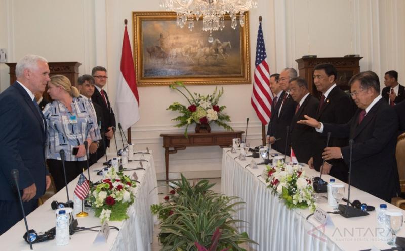 Wakil Presiden Jusuf Kalla (kanan) bersama jajaran menteri berbincang dengan Wakil Presiden Amerika Serikat (AS) Michael R. Pence (kiri) bersama delegasi Amerika dalam pertemuan bilateral di Istana Wakil Presiden, Jakarta, Kamis (20/4/2017). Kedua pihak membahas lima bidang kerja sama bilateral strategis yaitu ekonomi dan investasi, maritim, penanggulangan terorisme, peningkatan saling pengertian dalam toleransi beragama dan nilai Islam moderat, serta keberlanjutan keterlibatan AS di Asia-Pasifik, khususnya Asia Tenggara.