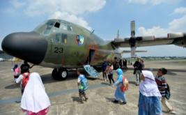 Sejumlah anak melihat pesawat angkut Hercules C-130 H yang akan dipamerkan dalam Pameran Dirgantara 2017 di Terminal Selatan, Lanud Halim Perdanakusuma, Jakarta, Kamis (20/4/2017). Pameran yang menampilkan sejumlah jet tempur, pesawat angkut, helikopter, alutsista TNI Angkatan Udara dan kebolehan Jupiter Aerobatic Team tersebut digelar dalam rangka memperingati Bulan Dirgantara 2017. Pameran yang terbuka untuk umum dan tidak dipungut biaya ini berlangsung hingga 23 April 2017.