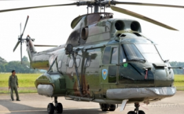 Personel TNI Angkatan Udara berdiri di belakang Helikopter SA-330 Puma yang dipamerkan dalam Pameran Dirgantara 2017 di Terminal Selatan, Lanud Halim Perdanakusuma, Jakarta, Kamis (20/4/2017). Pameran yang menampilkan sejumlah jet tempur, pesawat angkut, helikopter, alutsista TNI Angkatan Udara dan kebolehan Jupiter Aerobatic Team tersebut digelar dalam rangka memperingati Bulan Dirgantara 2017. Pameran yang terbuka untuk umum dan tidak dipungut biaya ini berlangsung hingga 23 April 2017.