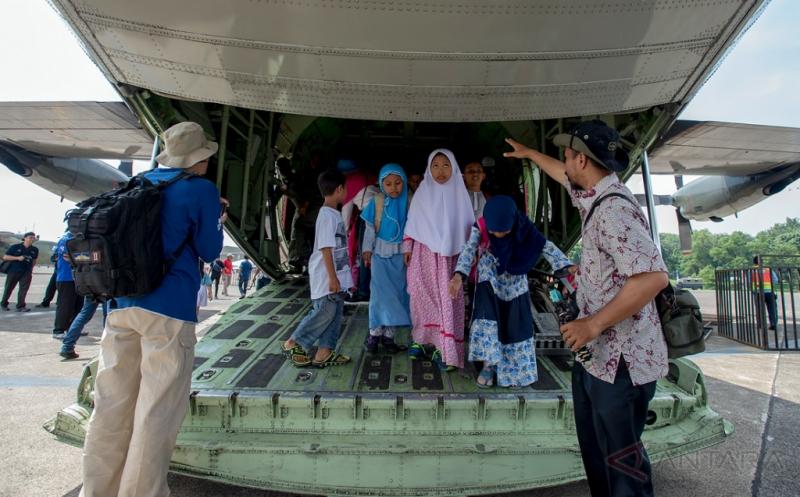 Sejumlah anak berjalan keluar melalui ekor pesawat angkut Hercules C-130 H yang akan dipamerkan dalam Pameran Dirgantara 2017 di Terminal Selatan, Lanud Halim Perdanakusuma, Jakarta, Kamis (20/4/2017). Pameran yang menampilkan sejumlah jet tempur, pesawat angkut, helikopter, alutsista TNI Angkatan Udara dan kebolehan Jupiter Aerobatic Team tersebut digelar dalam rangka memperingati Bulan Dirgantara 2017. Pameran yang terbuka untuk umum dan tidak dipungut biaya ini berlangsung hingga 23 April 2017.