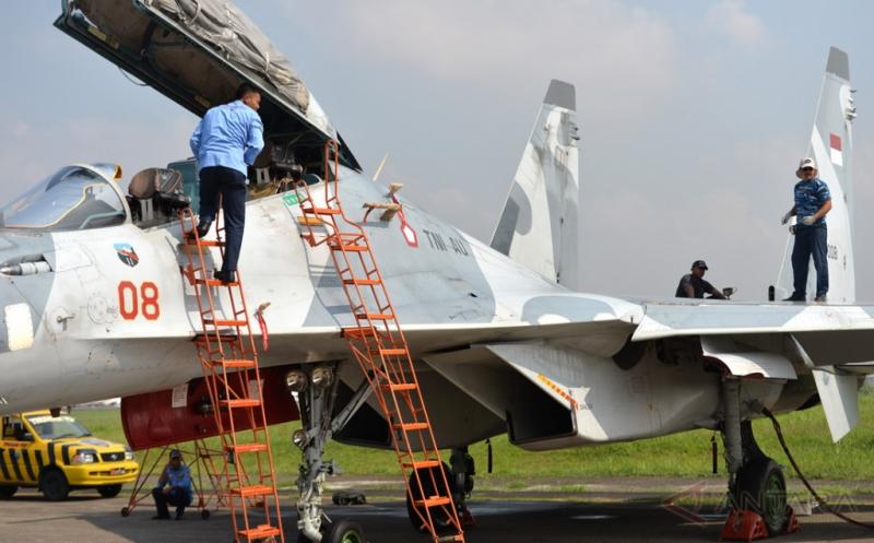 Personel TNI Angkatan Udara melakukan pemeriksaan mesin pesawat jet tempur Sukhoi yang dipamerkan dalam Pameran Dirgantara 2017 di Terminal Selatan, Lanud Halim Perdanakusuma, Jakarta, Kamis (20/4/2017). Pameran yang menampilkan sejumlah jet tempur, pesawat angkut, helikopter, alutsista TNI Angkatan Udara dan kebolehan Jupiter Aerobatic Team tersebut digelar dalam rangka memperingati Bulan Dirgantara 2017. Pameran yang terbuka untuk umum dan tidak dipungut biaya ini berlangsung hingga 23 April 2017.