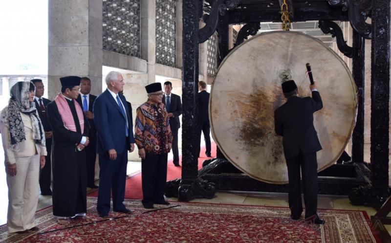 Wakil Presiden Amerika Serikat Michael R Pence (ketiga kiri) bersama istri Karen Pence (kiri) didampingi Imam Besar Masjid Istiqlal Nasaruddin Umar (kedua kiri) dan Ketua Badan Pelaksana Pengelola Masjid Istiqlal Muhammad Muzamil Basyuni (keempat kiri) menyaksikan pemukulan bedug ketika mengunjungi Masjid Istiqlal di Jakarta, Kamis (20/4/2017). Michael R Pence melakukan pertemuan dengan lintas agama serta sejumlah tokoh Indonesia saat mengunjungi Masjid Istiqlal.