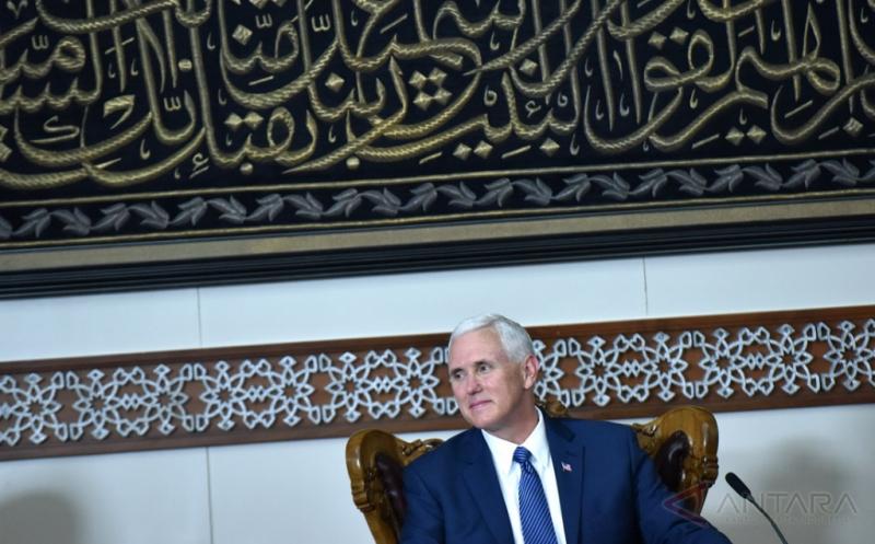 Wakil Presiden Amerika Serikat Michael R Pence melakukan pertemuan dengan tokoh lintas agama ketika mengunjungi Masjid Istiqlal di Jakarta, Kamis (20/4/2017). Michael R Pence melakukan pertemuan dengan lintas agama serta sejumlah tokoh Indonesia saat mengunjungi Masjid Istiqlal.